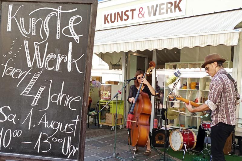 Musik und gute Laune vor unserem Geschäft