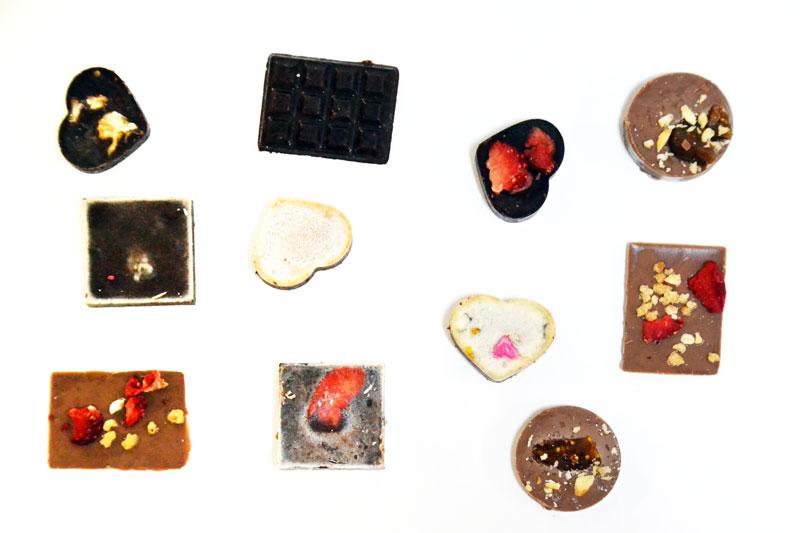 selbstgemachte aromatisierte Schokolade und Fruchtgummies
