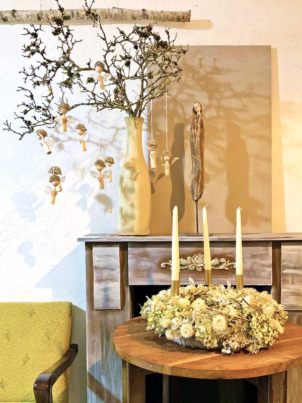 Vase mitAst und kleinen Engeln, Adventkranz