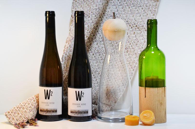 Wein, Karaffe mit Zirbenobst, Teelichthalter
